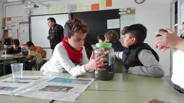 Els alumnes de 4art relacionen els processos del cicle de l'aigua reproduint-lo a petita escala.