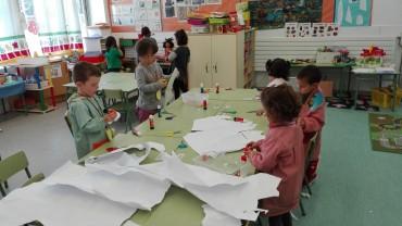 Nens i nenes d'infantil recreant el paisatge antàrtic.