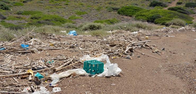 Plásticos pequeña isla del Golfo de Corinto2